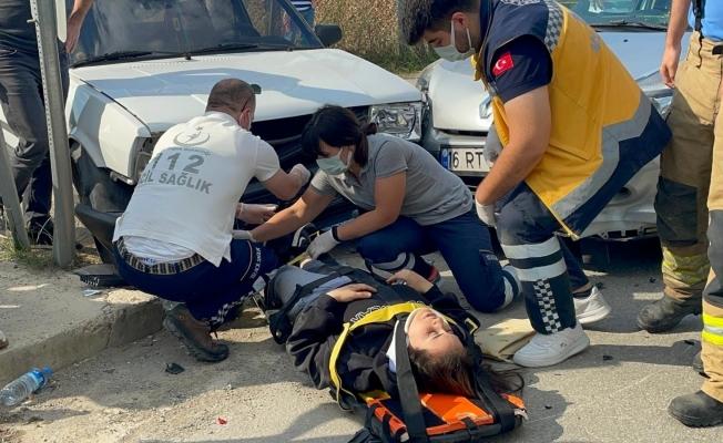 İznik'te motosiklet arabaya çarptı: 2 yaralı