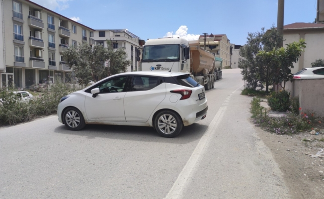Mahalle sakinlerinin ağır tonajlı kamyon isyanı