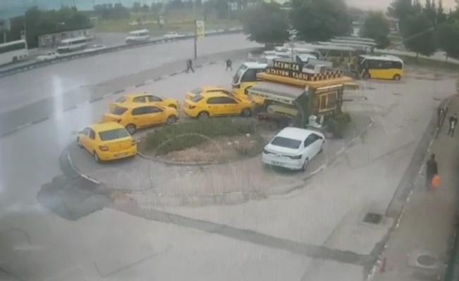 Otomobilin durağa daldığı anlar kamerada....