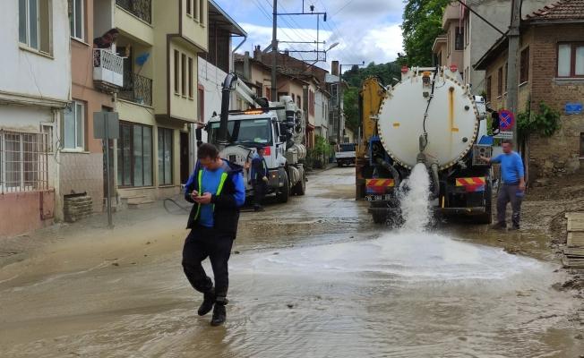 Turistik beldeyi sel bastı, belediye ekipleri kısa sürede temizledi