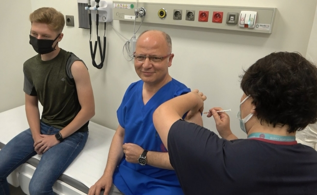 Başkan Gürkan ikinci doz aşısını yeğeni ve oğluyla birlikte oldu