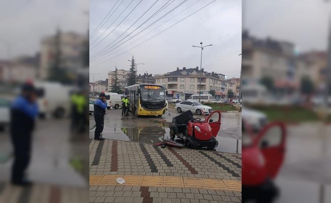 Halk otobüsü ile elektrikli araç çarpıştı; 3 öğrenci yaralandı