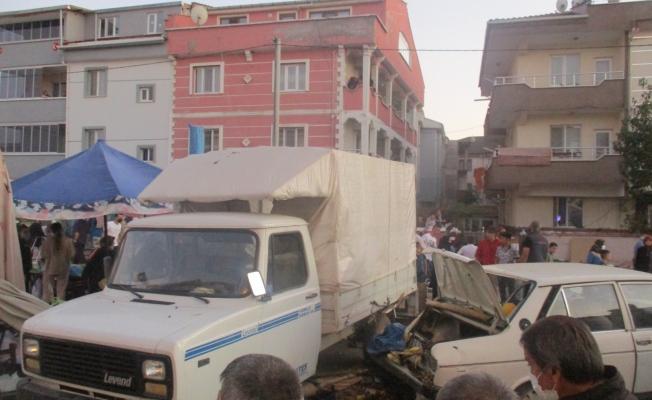 Otomobil pazara daldı; 4 yaralı