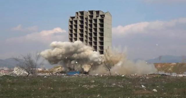 300 Kilo Dinamit 13 Katlı Binayı Yıkmaya Yetmedi! Yıkım Anı Kamerada