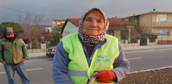 75 Yaşındaki Kadın Kazma Kürek Sallıyor