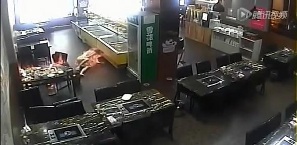 Acemi Garson Müşteriyi Yaktı