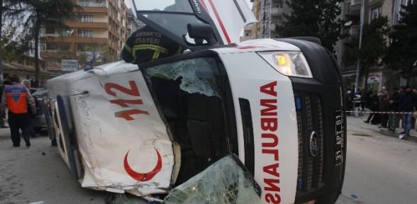 Ambulans Takla Attı: 3 Yaralı