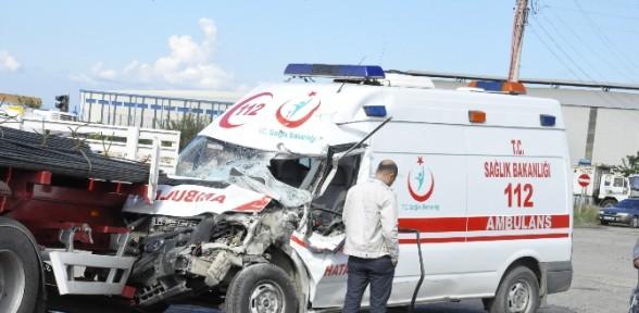 Ambulansla Otomobil çarpıştı: 10 Yaralı