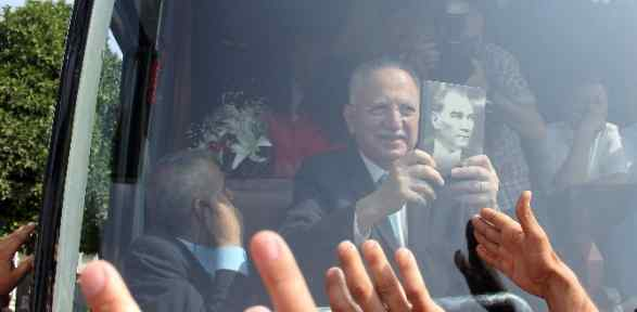 Atatürk Konulu Kitabı öpüp Başına Koydu