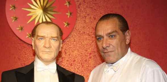 Atatürk'ün Benzeri Onun Balmumu Heykeliyle
