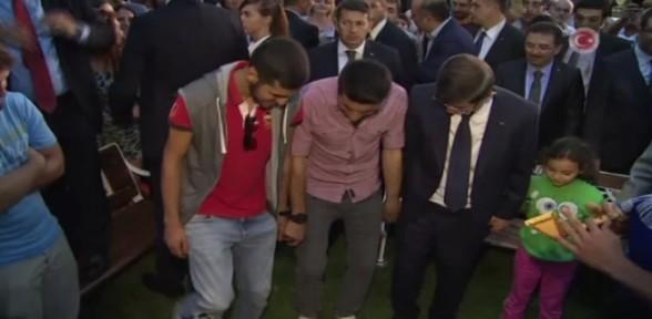 Başbakan Davutoğlu horon tepti