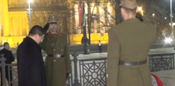 Başbakan, Meçhul Asker Anıtı'na çelenk koydu