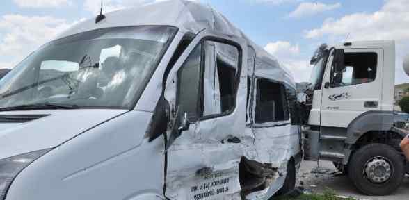 Beton Mikseri Minibüse çarptı: 14 Yaralı