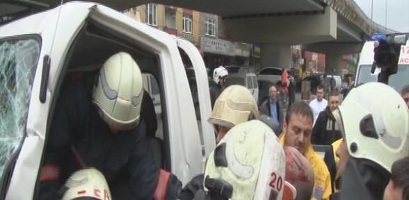 Beyoğlu'nda kamyonet halk otobüsüne çarptı