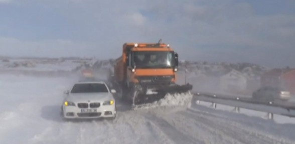 Buzlanan yollar sürücülere zor anlar yaşattı