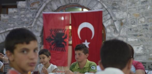Diyanet Vakfı Arnavutluk'ta iyilik sofrası kurdu