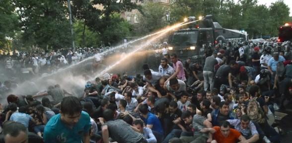 Elektrik zammı protestosuna polis müdahalesi