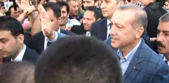 Erdoğan Halkı Selamladı