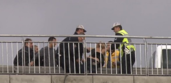 İntihar Etmek Isteyen Kadını Polis Durdurdu