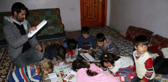 Işıldak önünde Ders çalışıyorlar