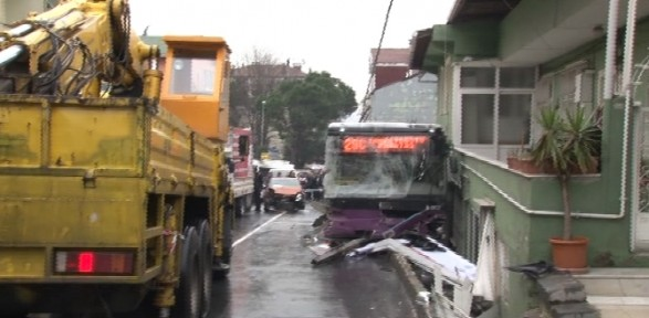 İstanbul'da feci kaza: Yaralılar var !