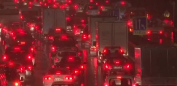 İstanbul'da Trafik Felç Oldu, Atatürk Havalimanı'nda Kar Alarmı Verildi