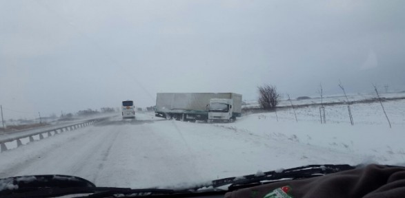 Kar Bursa'da yolları kapadı