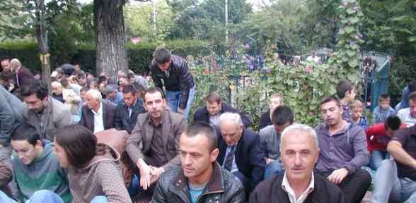 Kosovalı Müsşümanlar Camilere Koştu