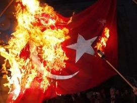Lübnan'da Ermeniler Türk bayrağı yaktı