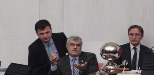 Mecliste yaşanan tartışmada mikrofon kırıldı