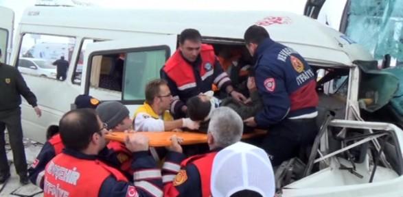 Öğretmen Servisi Otobüsle çarpıştı: 2 ölü, 11 Yaralı