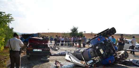 Otomobil Traktöre çarptı: 2 ölü, 4 Yaralı