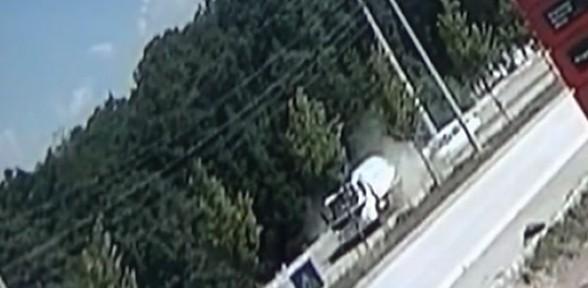 Otomobilin iş makinesine çarptığı an güvenlik kamerasına yansıdı