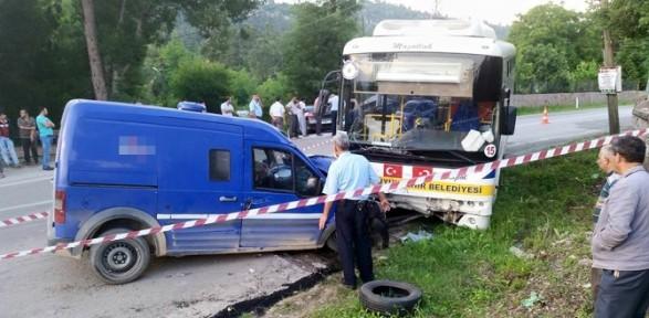 Para nakil aracı otobüsle çarpıştı: 1 ölü, 1 yaralı