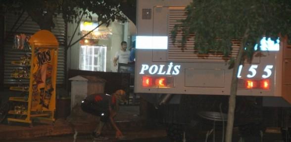 Polise taş ve havai fişeklerle saldırdılar