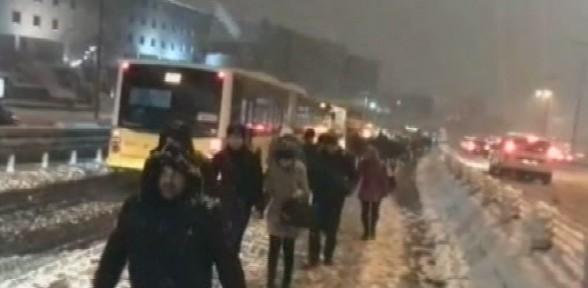Sefaköy'de metrobüsler rampaya takıldı