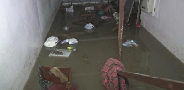 Şiddetli yağmur sonrası ev ve iş yerlerini su bastı