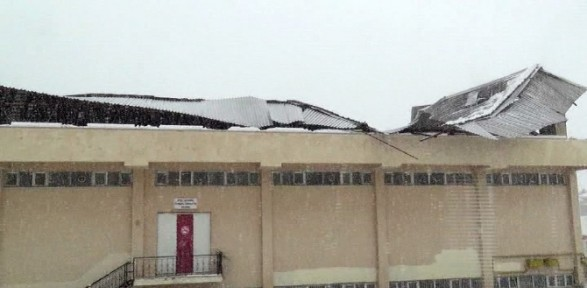 Stadın çatısı Kara Dayanamadı