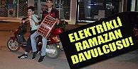 Elektrikli Bisiklet Üzerinde Davul Çalıyorlar