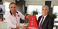 Şampiyonluk formasını Başkan Bozbeye hediye etti
