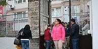 Bursada öğrenciler TEOG sınavına girerken, veliler dışarıda dualarla bekledi