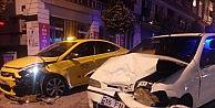 Kontrolden çıkan araç 2 ticari taksiye çarptı: 3 kişi yaralandı.