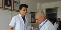 Yüzlerce tıp öğrencisi hastaneyi köye taşıdı