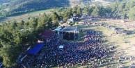 Karagöz Şenliği'nde ünlü sanatçılar binlerce kişiyi coşturdu