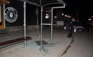 Otobüs Durağının Camlarını Kırdılar