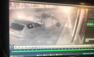 (Özel Haber) Kontrolden çıkan otomobil caddede yürüyen yayaya ve 3 araca çarptı, o anlar güvenlik kamerasına yansıdı