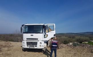 Boş araziye inşaat atığı döken sürücü suçüstü yakalandı