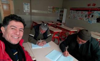 Yaşlılar okuma yazma öğreniyor