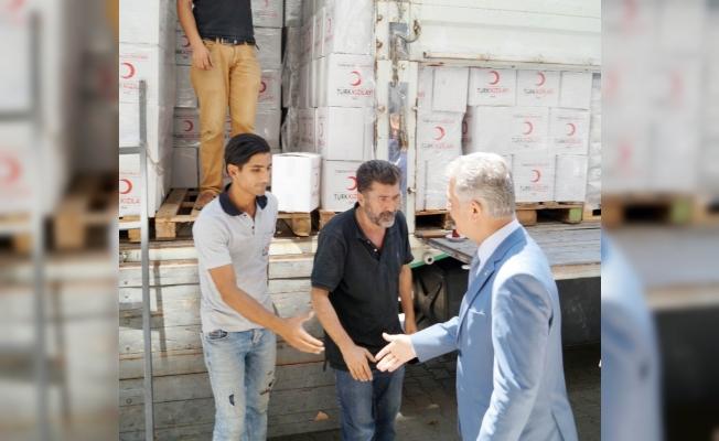 MHP'li Büyükataman ziyaret ettiği Kızılay'da kolilerin taşınmasına yardım etti