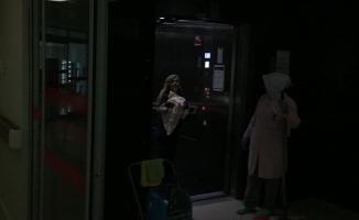Acil servis önünde araçta doğum yaptı